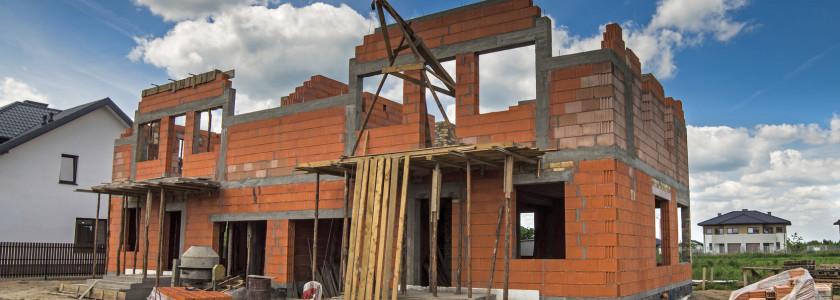 dom jednorodzinny podczas budowy